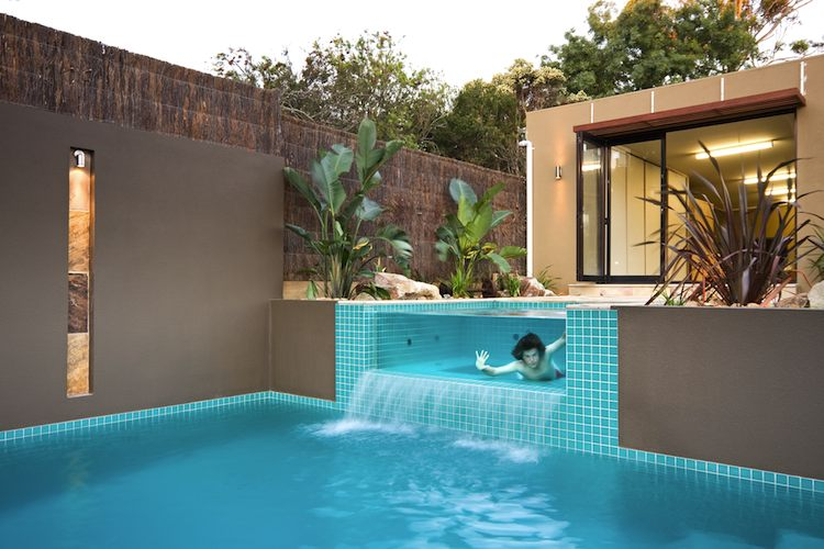 Inverloch townhouse swimming pool garden and landscape for Piscinas pool